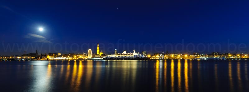 Antwerpen, Schelde. Zicht op Antwerpen vanop Linkeroever.  Lichtjes van de Schelde.  Antwerp by Night.
